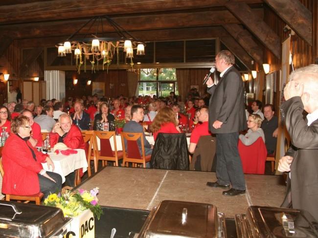 Ingo Huter moderiert die Siegerehrung im Drahtenhof in Kiel/Molfsee