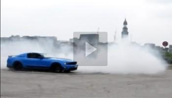 TRÄUME WAGEN – Mustang GT Donuts im Nebel