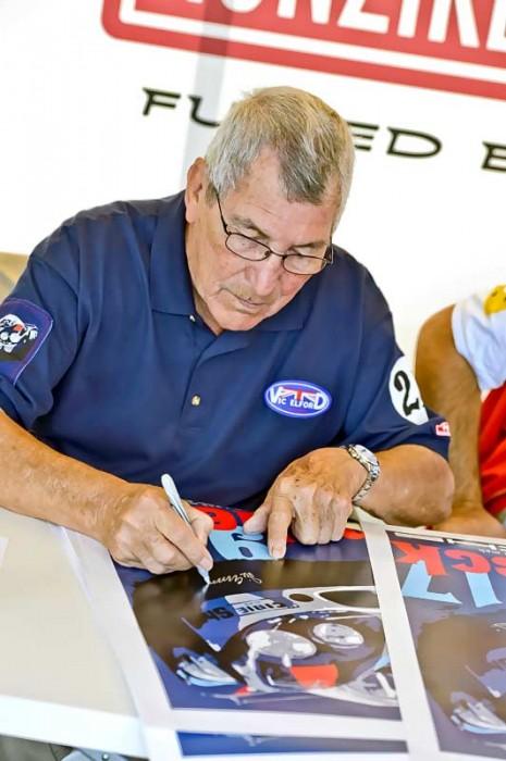 Diesmal nicht im Auto aktiv auf der Rennstrecke, aber trotzdem ein beliebter Autogrammschreiber: Vic Elford in Le Mans