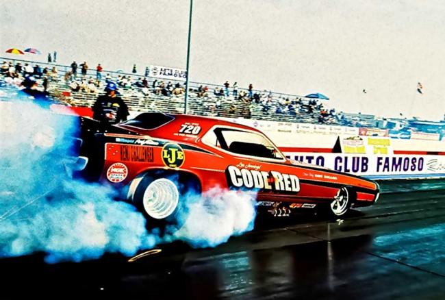 Code Red Dodge Challenger Funny Car lässt Gummi beim Burnout an der Startlinie