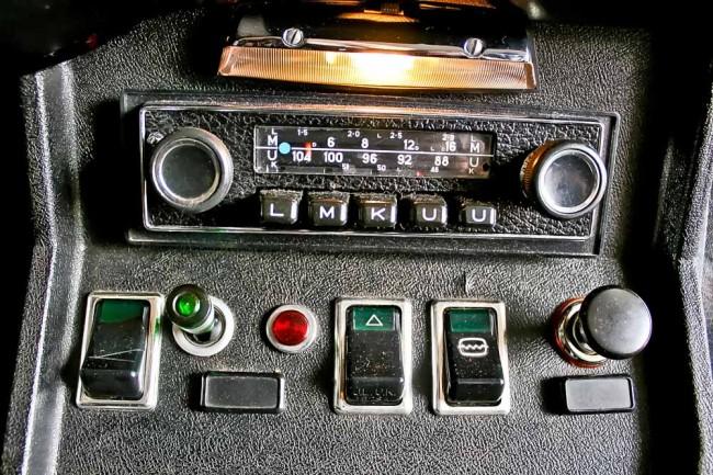Ergonomie war damals noch ein Fremdwort: Scheinbar wahllos angebrachte Knöpfe und ein zeitgenössisches Radio