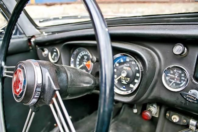 Original-Federspeichenlenkrad und viel Patina: Der Roadster hat schon Einiges von der Welt gesehen