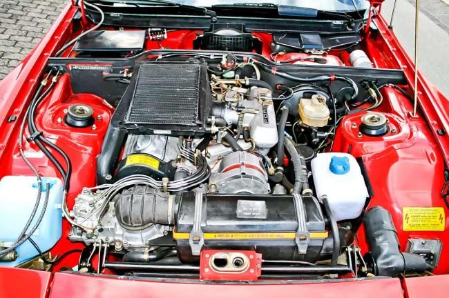 """Der 210-PS-Turbomotor füllt den Raum voll aus. Wer ein bisschen sucht, findet unter anderem den Beweis für """"Nummer 2"""" und die exakte Farbangabe"""