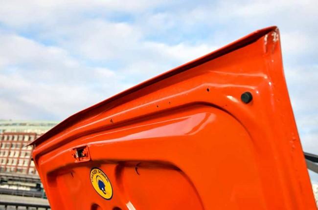 Wie bei der Motorhaube ist auch die Kante des Kofferraumdeckels zu untersuchen, denn hier kann sich Spaltenrost bilden