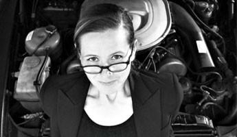 Frau 8 – Pumps auf dem Pedal
