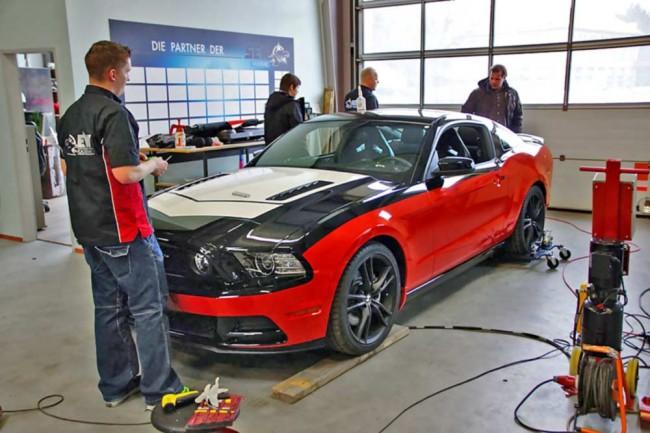 Das Verlags-Pony erhält einen Maßanzug. Der Mustang GT 5.0 demonstriert am Ende eindrucksvoll, welch vielfältige Möglichkeiten sich bei der Folierung bieten und welchen Grad von Perfektion die Jungs von SEW erreicht haben