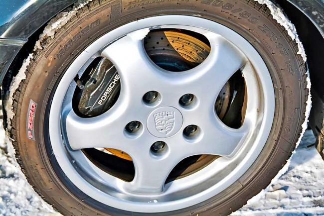 Bei den Bremsen hat Porsche nie geknausert: Im 3,3-Liter-Turbo sind vorne und hinten gelochte und innenbelüftete Scheiben verbaut, der 3,6-Liter legte mit einer Vierkolben-Festsattelbremse sogar noch einen drauf