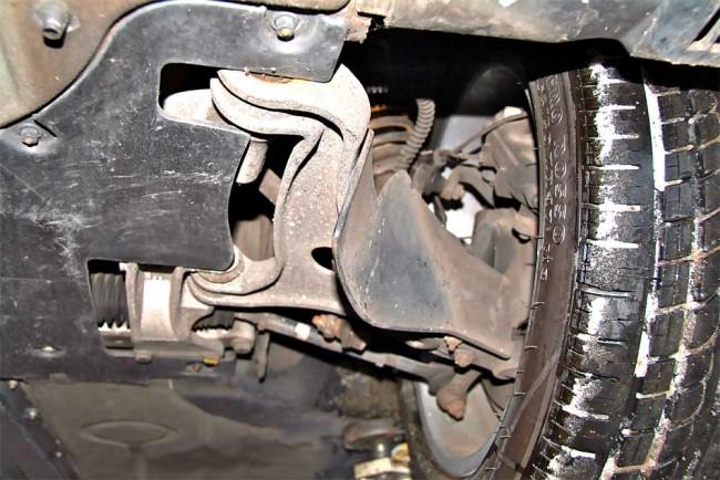 Überlebenswichtig: Die Leitschaufeln an den Aluminium-Querlenkern sollten unbedingt vorhanden und intakt sein, sonst mangelt es an der Bremsenkühlung