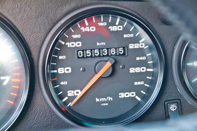 Stimmt die Laufleistung? 55.000 Kilometer sind wirklich wenig, aber dieser 964 Turbo soll viele Jahre im Showroom eines namhaften Autozubehörhandels gestanden haben