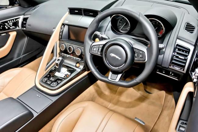 Ein Faible fürs Exklusive - Hier filigran, dort handfest: Jürgen Vogel kann sich stundenlang mit den Sportwagen von Jaguar beschäftigen. Ob Design, Kraft, Technik oder einfach nur die Details im Interieur - sowohl an E- als auch an F-Type findet er immer wieder etwas, was ihn begeistert