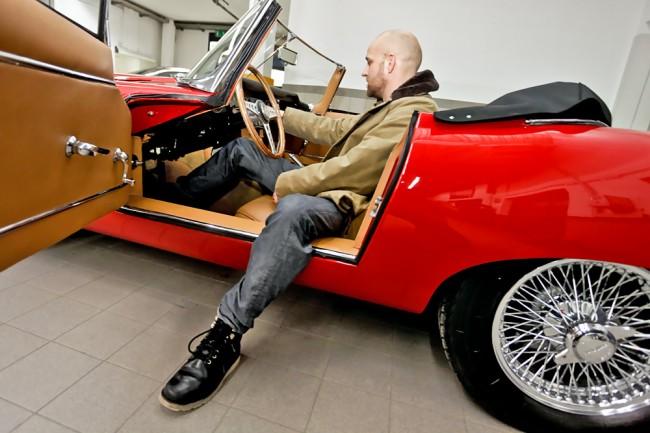 Der Schauspieler mit seiner großen Liebe - Kein anderes Auto hat Jürgen Vogel schon von Kindesbeinen an so fasziniert wie der Jaguar E-Type. Da geht es ihm wie unzähligen anderen Männern auf dieser Welt: Die Formen sind unerreicht, das Image könnte kaum sportlicher sein. Aber da Vogel an bestimmten Drehorten pünklich ankommen muss, kann er sich nicht auf eine automobile Diva verlassen. Die fährt er dafür, wenn er an Events wie Gleichmäßigkeitsrallyes teilnimmt