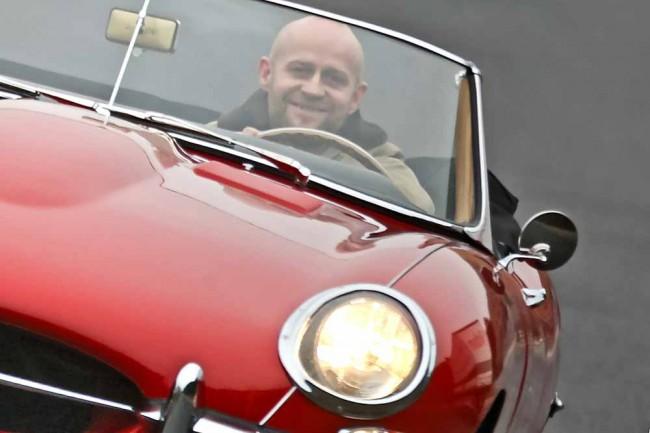 Lust auf etwas Neues: Jürgen Vogel ist Neuem gegenüber stets aufgeschlossen - deshalb freut er sich auch auf die moderne Interpretation des Jaguar E-Type. Die Topversion mit dem 495 PS starken V8 ist ab 99.900,- Euro zu haben. Wer es lieber ruhiger angehen lässt, hat die Wahl zwischen einem Dreiliter-Kompressor-V6 mit 340 PS oder 380 PS. Preislich beginnt der Einstieg bei 73.400 Euro