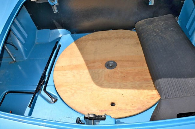 Unter der Matte finden sich das Werkzeug (hoffentlich) und eine Holzplatte...