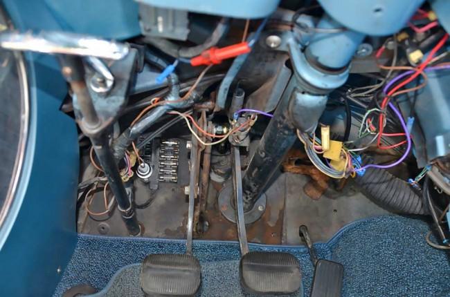 Die Corvette-Elektrik ist im Grunde genommen simpel aufgebaut und nur mit ein paar Glassicherungen abgesichert. Ihr größter Feind sind haltlose Bastler, die unprofessionell eingegriffen haben