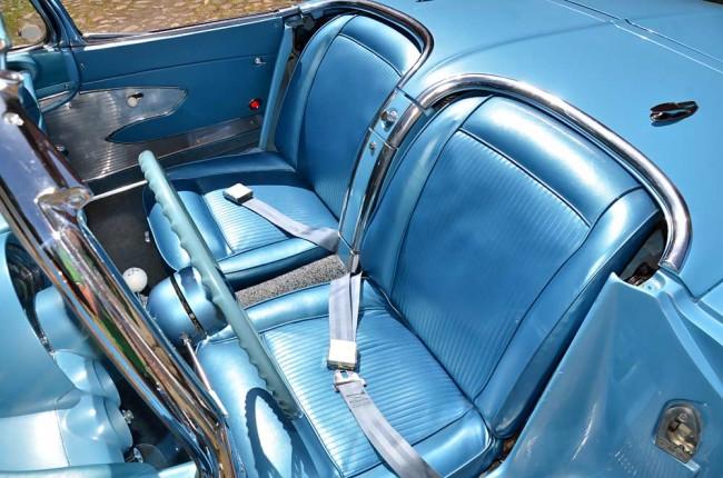 Kein Seitenhalt, dünne Polsterung - aber herrliche, farblich angepasste Sitzbezüge aus metallisch glänzendem PVC
