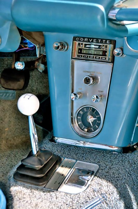 Dieser Corvette fehlt es an nichts. Sogar das eingebaute Radio wirkt original...