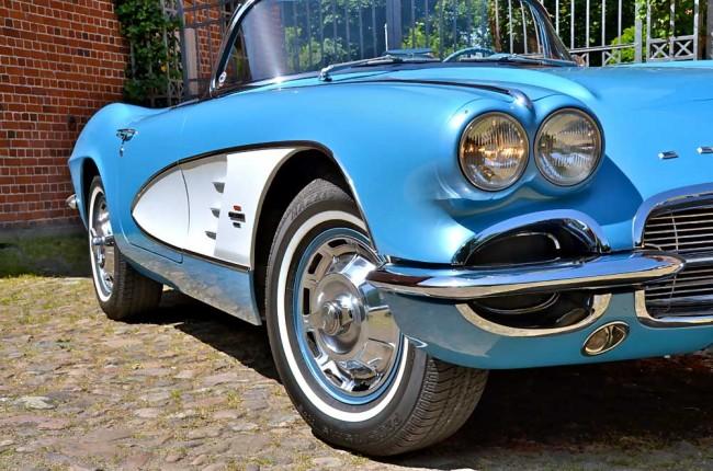 """Die Schönste? Die späte C1-Vette des Baujahrs 1961 hat zwar noch die alte Front mit den ab 1958 verbauten Doppelscheinwerfern und den farblich abgesetzten """"Coves""""..."""