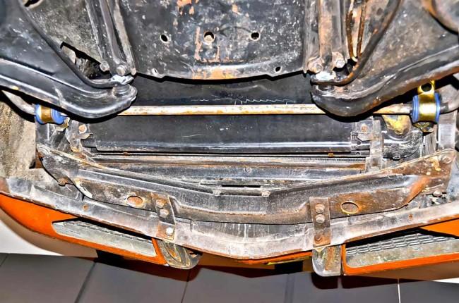 Achten Sie auf den Zustand des vorderen Querträgers unter dem Kühler, der von Rost und Unfallspuren gezeichnet sein kann