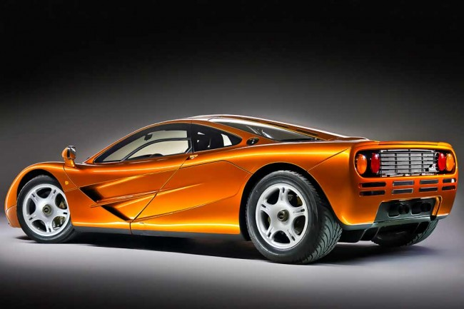 Der McLaren F1 war lange Zeit das unschlagbare Supercar und Maß aller automobilen Dinge. Die meisten Hersteller von Supersportwagen nahmen ihn als Referenzfahrzeug. Nicht kopiert wurde die ungewöhnliche Sitzanordnung: Der Fahrer vorne in der Mitte, die Beifahrer leicht versetzt seitlich hinter ihm