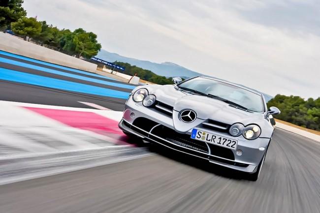 Ein echter Brecher, aber nicht für jeden eine klassische Schönheit: der McLaren-Mercedes SLR. Unter der langen Front stecken der 626 PS starke V8 und die Carbon-Crashboxen. Für die Sidepipes gab es eine Ausnahmegenehmigung, der tiefe und unvergleichlich hämmernde Sound hinterlässt bleibende Erinnerungen