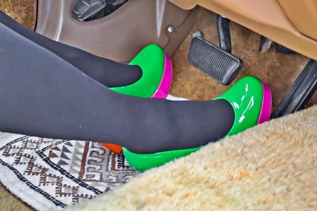 Das Design ihres Autos färbt auch auf die Besitzerin ab. Mit solchen Schuhen können nur Frauen fahren!