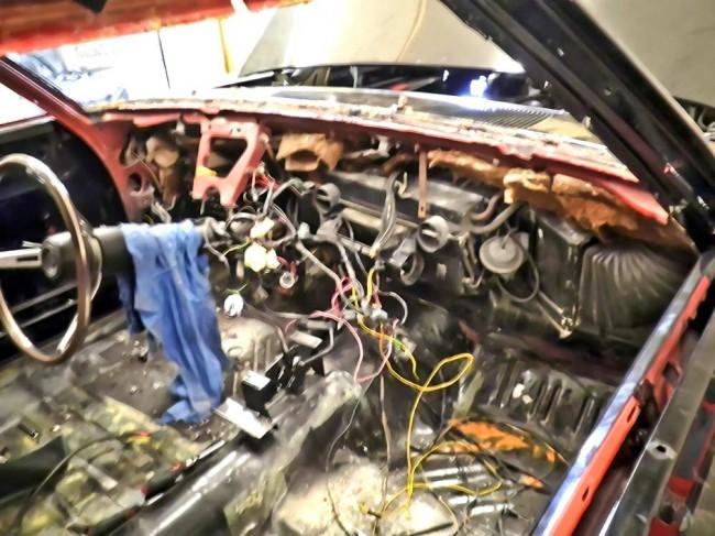 Restauration, amerikanisch: Trauriger Anblick nach dem Cockpit-Ausbau am frisch restaurierten Dodge Charger