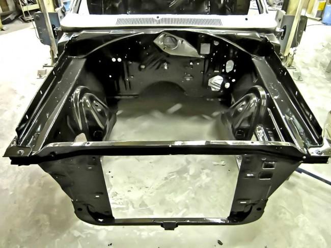 Lackrestauration: Vollständig demontierter und neu lackierter Charger-Vorderwagen