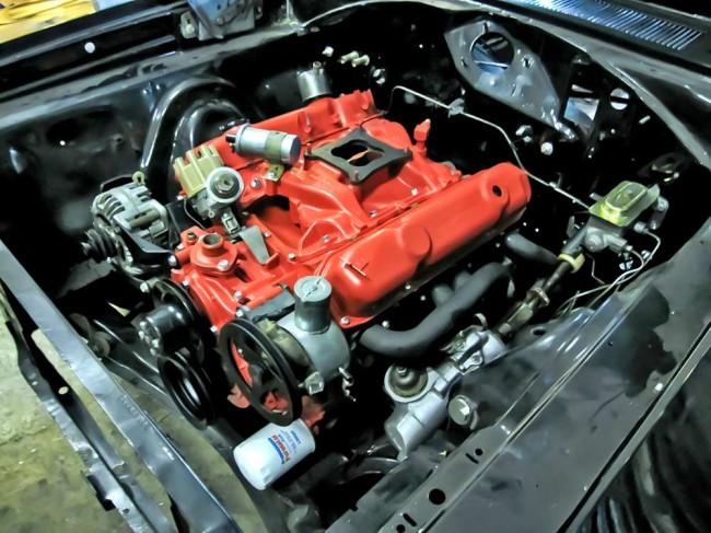 Motor, günstig: baureihenfremder Chrysler-Bigblock, abgedichtet und (inkorrekt) lackiert