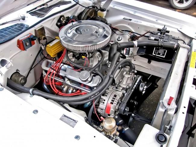 Motor, anders: 408er Stroker-Smallblock im Challenger. Nicht korrekt, nicht günstig, dafür mit ordentlich Fahrspaß