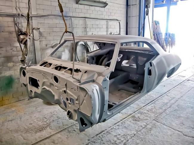 Lackiervorbereitung, aufwändig: Totaldemontierte und gestrahlte Camaro-Karosserie
