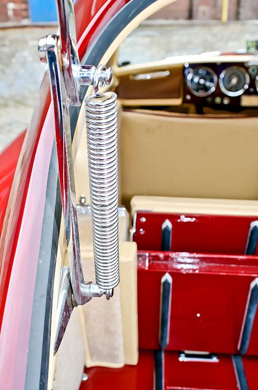 Das Interieur und die Details sind – wie von einer Luxusmarke zu erwarten ist – extrem edel ausgelegt. Das Kofferraumabteil ist rot lackiert, die Federn der Heckklappenhalterung zeigen Mechanik at its best