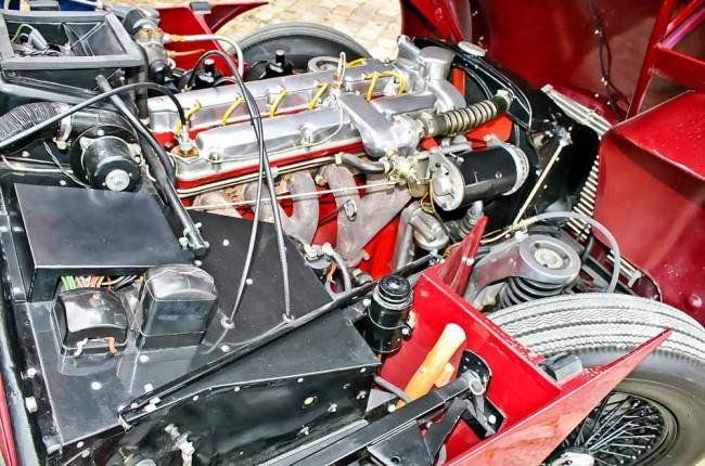Motor, wie hast du dich verändert: oben links der auf einer Bentley-Konstruktion basierende Sechszylinder, unten der von Carbonstreben und liegenden Stoßdämpfern halbverdeckte moderne 7,3-Liter-V12