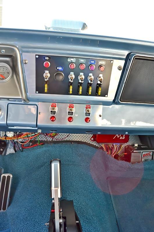 Sachliches Renncockpit. Kein überflüssiger Schnickschnack, der Pilot kennt jeden einzelnen Schalter