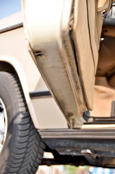 Türböden checken! Rost geht meist von den Falzkanten aus und greift rasch um sich, insbesondere wenn die Ablauflöcher der Türen verstopft sind