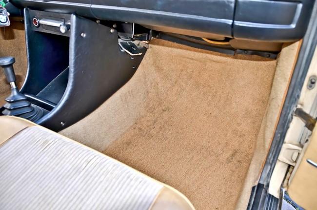 Ist der Teppich im Fußraumbereich trocken? Leider lässt er sich nicht ohne etwas Aufwand hochnehmen...