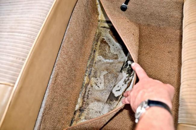 ...immerhin kann man ihn im Fond ein Stück hochklappen, um den Boden von innen zu inspizieren