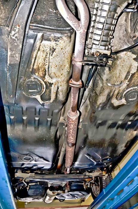 Achten Sie auch auf Beulen im Bodenblech, die auf kräftige Aufsetzer des Wagens zurückzuführen sind