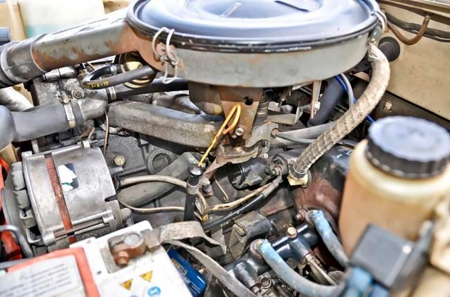 Der 2002 atmet durch einen einzelnen Solex-Fallstromvergaser – technisch nicht besonders sexy, aber ein Garant für gute Allround-Eigenschaften und Standfestigkeit. Immerhin: Mit hundert PS bei einem Leergewicht von rund einer Tonne lag man mit der 1600er Giulia Super von Alfa ziemlich genau auf Augenhöhe