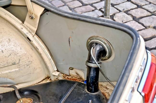 """Immer wieder ein gefundenes Fressen für den """"Gilb"""": Die Übergänge vom Kofferraumboden zu den Seitenteilen – hier die Beifahrerseite mit dem Tank"""