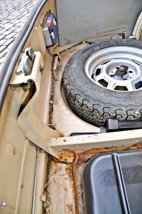 Bei der Inspektion des Heckabschlussblechs (bitte Sperrholzplatten im Kofferraum hochnehmen!)...