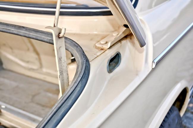 Die ovalen Öffnungen auf beiden Kofferraumseiten sind Kanäle der Zwangsentlüftung. Auch unterhalb der Heckscheibe findet sich gelegentlich Rost