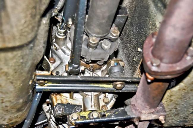 Ist die Hardyscheibe am Getriebeausgang rissig? Dann muss sie erneuert werden. Die Hitze vom darunter liegenden Auspuff erhöht die Lebensdauer nicht gerade