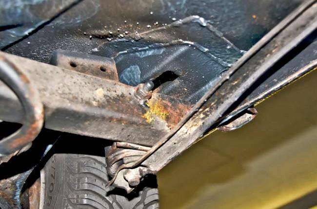 Die Hinterachsaufhängung an der Karosserie sollte gründlich gecheckt werden – gegebenenfalls auch von oben (Rückbank herausnehmen), sonst kann es lebensgefährlich werden