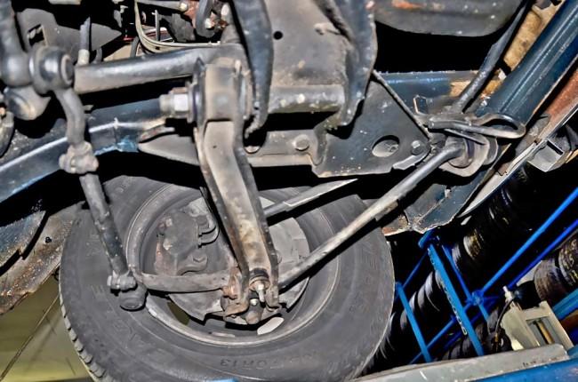 ...danach kam (wie sonst bei Volvo) die besonders sichere, aber aufwändige Doppel-Zweikreisbremse (erkennbar an den zwei Bremsleitungen je Bremssattel vorn) zum Einsatz.