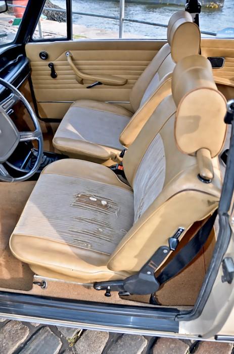 Die Bezugsstoffe der gut konturierten Sitze sind nicht besonders robust