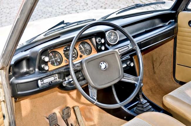 Aus der Fahrerperspektive wirkt das Interieur edel-funktional (der aufgesetzte Drehzahlmesser ist ein Zubehörteil)...