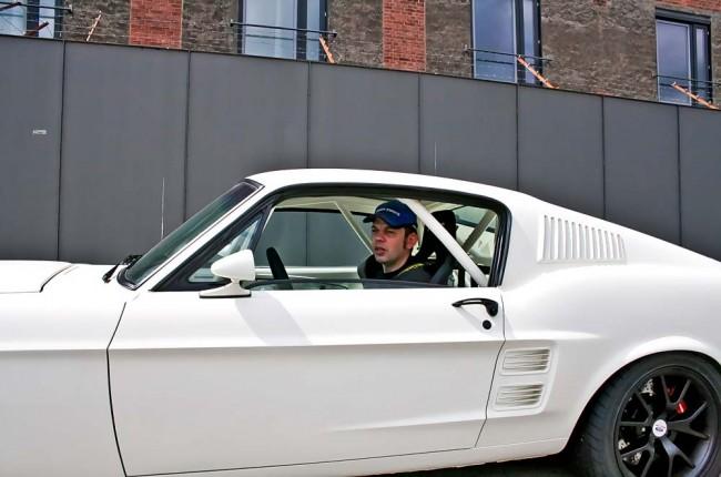 Fotos von Zeiten des Aufbaues: Fink baut den Ur-Mustang völlig auseinander und fügt Stück für Stück zusammen - bis hin zu den extra hergestellten Instrumenten