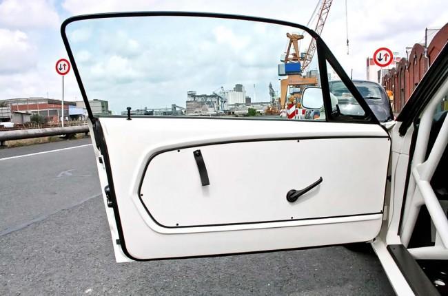 Sicherheit über alles: Ein fetter Käfig soll die Folgen eigener Fehler oder der anderer Autofahrer minimieren, ebenso die Mehrpunktgurte