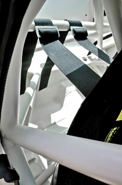 Obwohl der Mustang wie ein reiner Rennwagen aussieht, ist das Auto voll straßenzulassungsfähig. Nur das Ein- und Aussteigen zum Brötchenholen ist etwas mühsamer als bei seinen zivileren Pedants