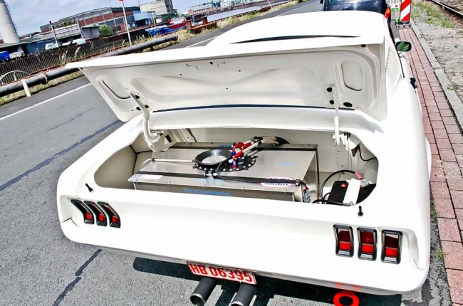 Dieses Auto ist nicht für den Transport gedacht: Der Renntank nimmt fast den gesamten Platz im Kofferraum ein. Da passt gerade noch die Batterie daneben